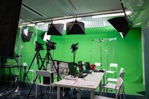 クロマキー処理技術を使用してスタジオ空間を作り出すバーチャルスタジオ